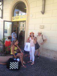 Turisti all'ingresso della Stazione San Pietro