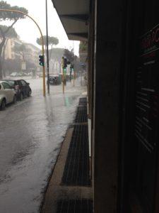 Strada allagata per il temporale