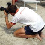 ragazzi precari, un giovane fotografo in spiaggia