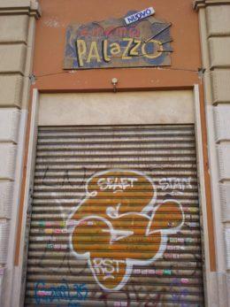 San Lorenzo, un negozio chiuso