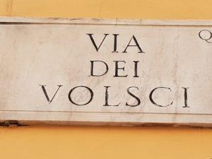 sinistra a San Lorenzo, la targa di via dei Volsci