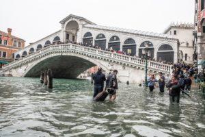 clima, acqua alta a Venezia, ponte di Rialto
