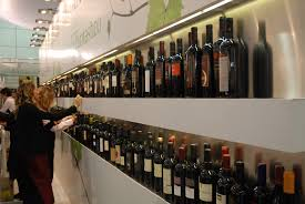 Vini, bottiglie esposte a Vinitaly