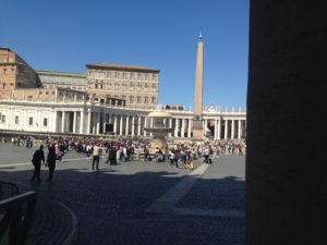 Elemosiniere, Piazza San Pietro e il Palazzo Apostolico