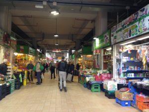 Povertà diffusa, Clienti e negozianti in un mercato