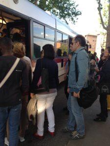 Sciopero generale a Roma, passeggeri salgono su un autobus