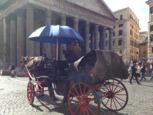 Negozi a luci spente, una botticella al Pantheon
