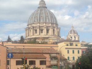 Negozi a luci spente, la cupola di San Pietro