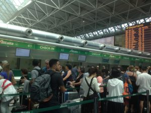 Compagnia di Stato, fila al check-in Alitalia di Fiumicino