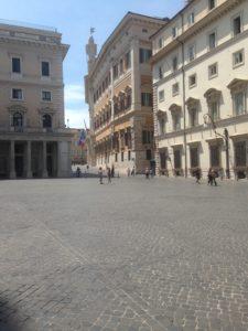 Palazzo Chigi e sullo sfondo la Camera