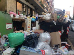 Sciopero generale a Roma, Cumuli di rifiuti in una via di Roma