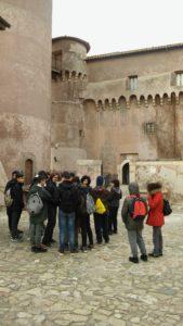 Gatti, ragazzi nel Castello di Santa Severa
