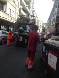Cassonetti, un camion dell'Ama carica i rifiuti