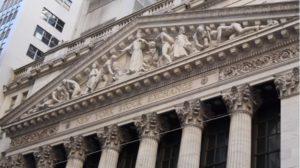 Le ragazze di Wall Street, un particolare della facciata della Borsa di New York