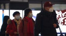 Coronavirus, persone con mascherine a Wuhan per l'epidemia da coronavirus