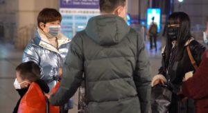 Virus cinese, Cinesi con mascherine a Wuhan