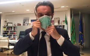 Milano, Attilio Fontana indossa una mascherina