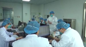 Epidemia, medici al lavoro a Wuhan