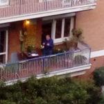 Italia sui balconi, Un romano canta Azzurro sul balcone