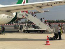 Almaviva, Passeggeri scendono da aereo Alitalia