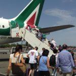 Trasporto aereo, passeggeri salgono su un aereo Alitalia