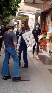 Costituzione, Persone con mascherine in coda davanti a un supermercato a Roma