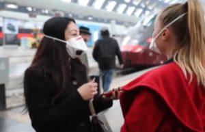 Ilaria Capua, Passeggeri con mascherina alla stazione di Milano
