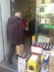 Pensionati in Gracia, Pensionato entra in un negozio a Roma