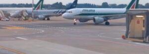 Tela di Penelope, Aerei Alitalia fermi al parcheggio