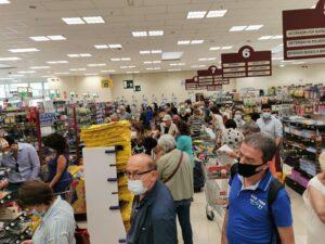 Cresce il Covid, Folla in un supermercato di Milano