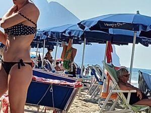 Cresce il Covid, Bagnanti su una spiaggia italiana