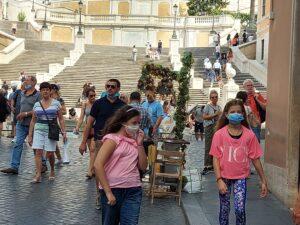 Cresce il Covid, Turisti e romani a piazza di Spagna