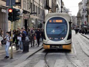 Paura per il Coronavirus, Assembramento a Milano con mascherine accanto a un tram