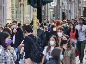 Paura per il Coronavirus, Assembramento di giovani con mascherina a Milano