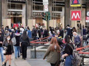 Paura per il Coronavirus, Folla di persone con mascherine all'ingresso della metropolitana a Milano