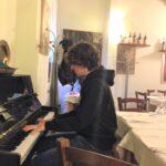 TUTTI 2020 parte, Un ragazzo suona il piano