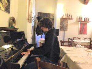 TUTTI 2020 parte, Un ragazzo suona il piano in un ristorante