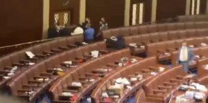 Assalto al Congresso Usa, Agenti difendono l'aula della Camera dei rappresentanti dall'assalto dei manifestanti