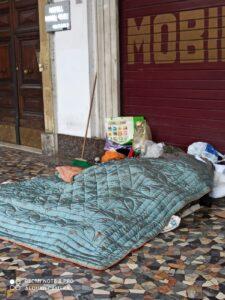 delinquenti, Un giaciglio di un senzatetto a Piazza Vittorio
