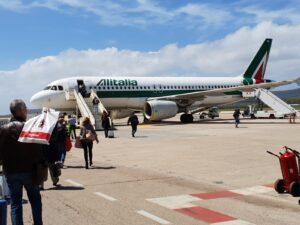 Tacciono Salvini e Di Maio su Alitalia, Passeggeri salgono su un aereo Alitalia