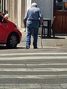 HelpAge, Un anziano attraversa la strada