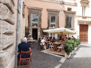 Variante Delta, Turisti in un ristorante a Roma