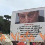 proteste contro Draghi, cartello contro Draghi alla manifestazione di Roma