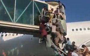 Biden, Afghani terrorizzati cercano di salire su un aereo USA