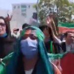 Talebani, Donne afghane protestano con la bandiera nazionale