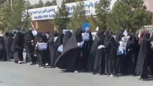 Afganistan normalizzato, Corteo di donne talebane a favore del burqa