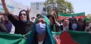 Afghanistan normalizzato, Donne afghane protestano con la bandiera nazionale